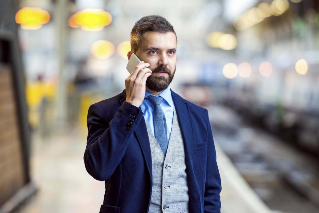 Vazol-Las-mejores-opciones-de-trajes-para-videoconferencias-Hombre vestido para participar en una videoconferencia